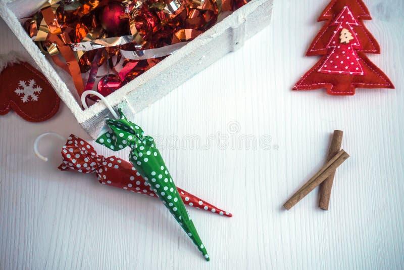 Schöner Weihnachtshintergrund mit bunten Süßigkeiten und Dekor stockfoto