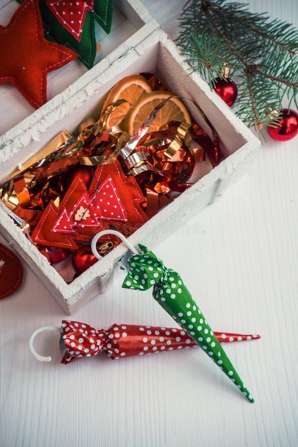 Schöner Weihnachtshintergrund mit bunten Süßigkeiten und Dekor lizenzfreie stockbilder