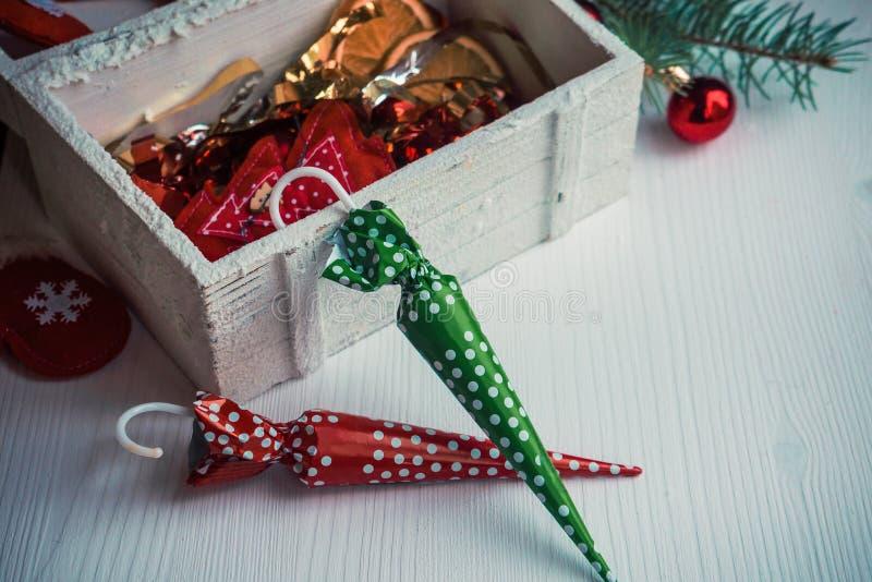 Schöner Weihnachtshintergrund mit bunten Süßigkeiten und Dekor stockbilder