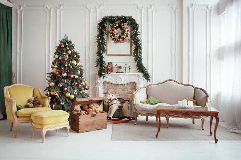 Schöner Weihnachtsinnenraum Neues Jahr-Dekoration Wohnzimmer mit Kamin lizenzfreie stockfotos