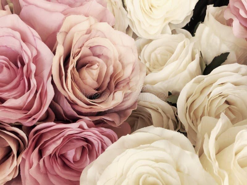 Schöner Weinlese Rosen-Hintergrund weiße, rosa, purpurrote, violette, Sahnefarbblumenstraußblume Elegante Art mit Blumen stockbilder