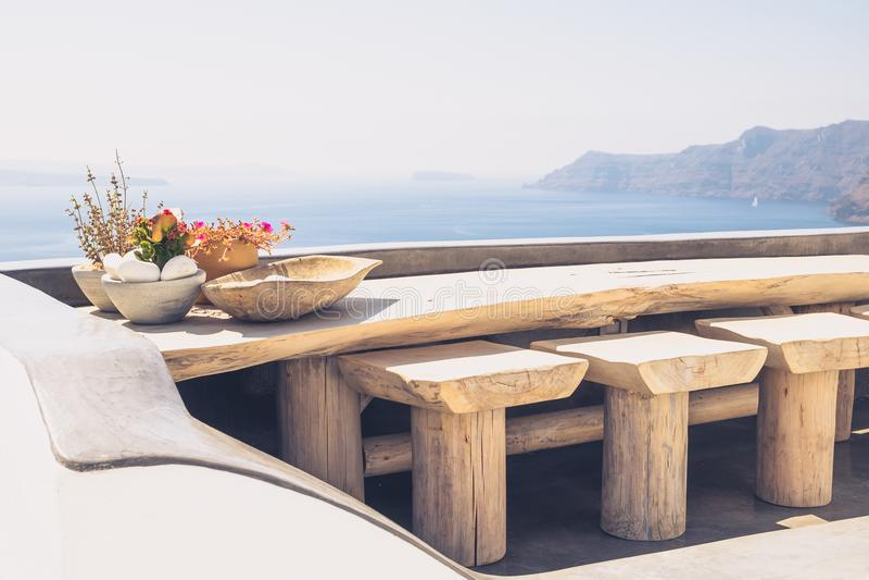 Schöner Weinleseholztisch und -stühle auf Terrasse, Santorini stockfoto