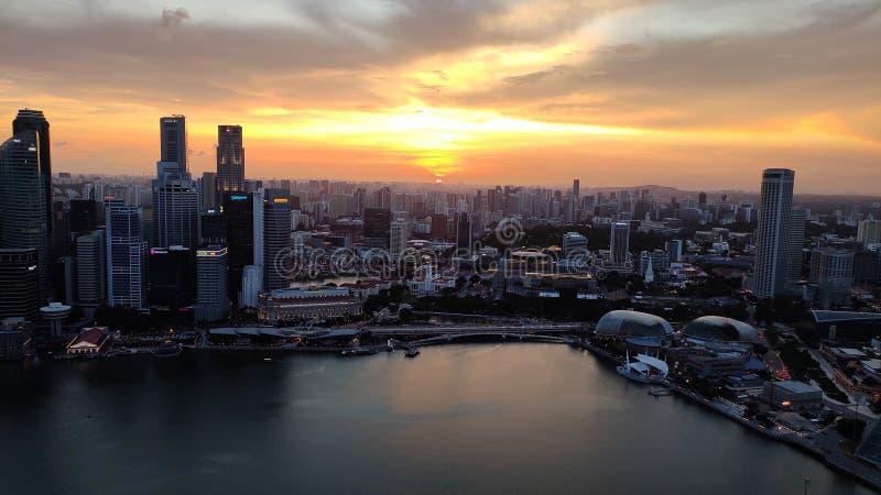 Schöner Wolkenkratzer am Abend, Singapur stockfotografie