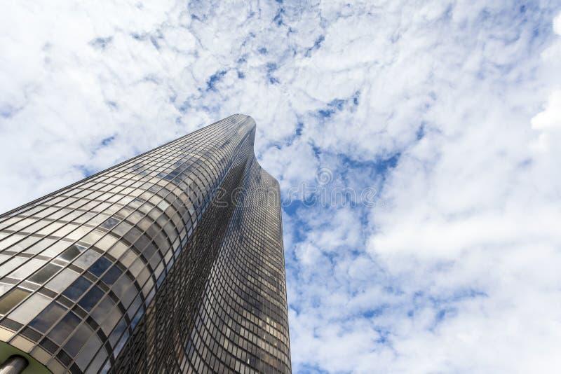 Schöner Wolkenkratzer, der den Himmel erreicht lizenzfreie stockfotografie