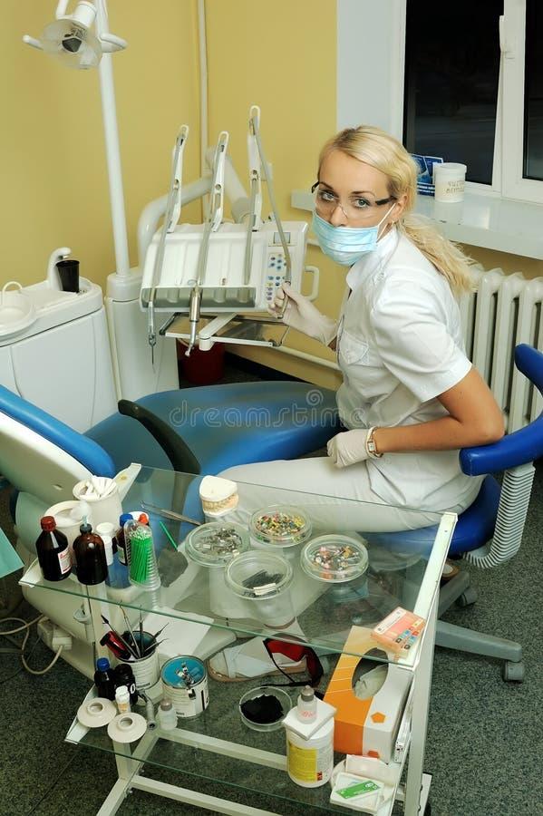 Schöner Zahnarzt im medizinischen Büro lizenzfreies stockbild