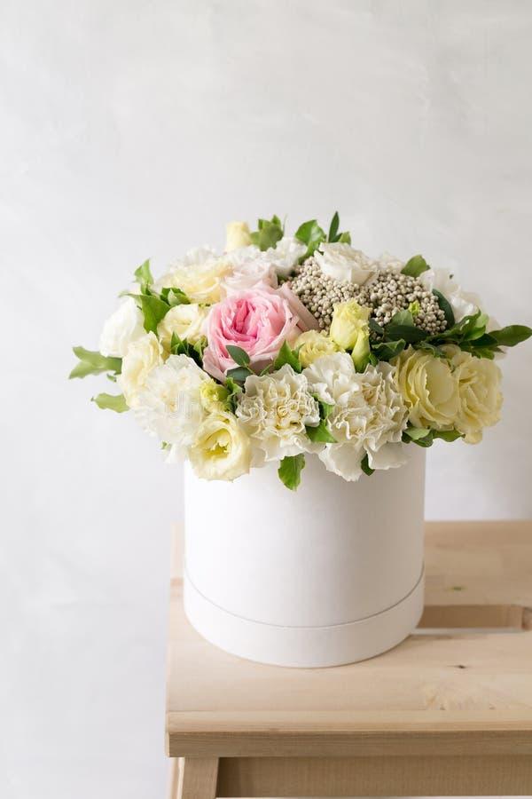 Schöner zarter Blumenstrauß von Blumen im weißen Kasten auf hellem ackground mit Raum für Text lizenzfreie stockfotos