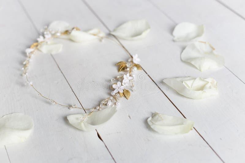 Schöner zarter Haarkranz in Braut ` s Haar in den rosafarbenen Blumenblättern lizenzfreie stockbilder