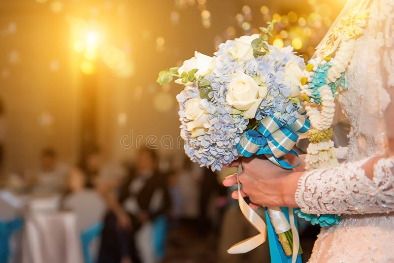 Schöner zarter Hochzeitsblumenstrauß von Sahnerosen und Eustoma fließen stockbilder