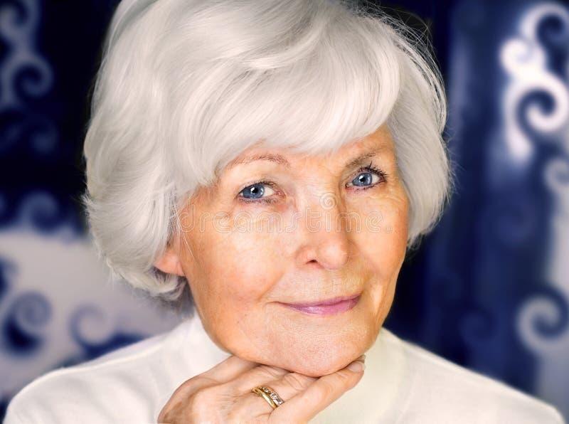 Schönes älteres Frauenportrait lizenzfreies stockbild