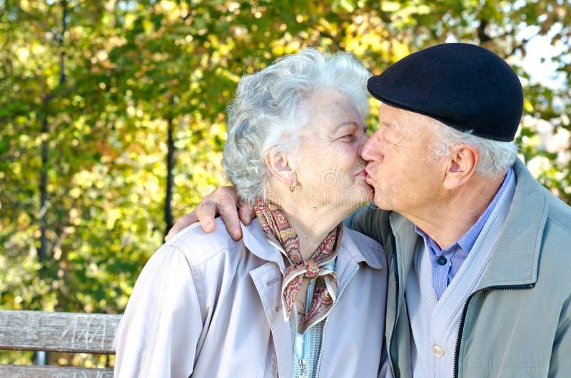 Schönes älteres Paarküssen stockfotos