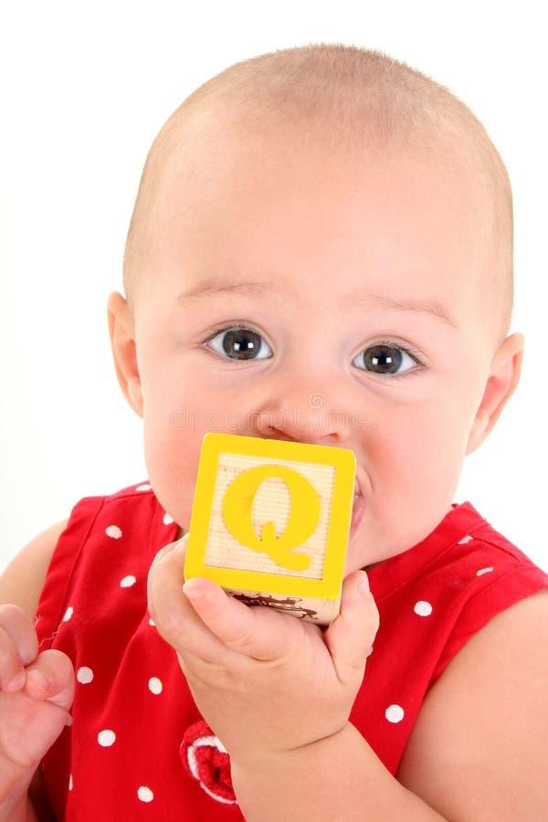 Schönes 10 Monats-altes Baby mit Spielzeug-Block lizenzfreie stockfotografie