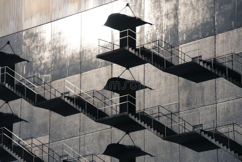 Schönes abstraktes Muster des Schattens warf auf externes Gebäude vom Notausgangtreppenhaus stockbilder