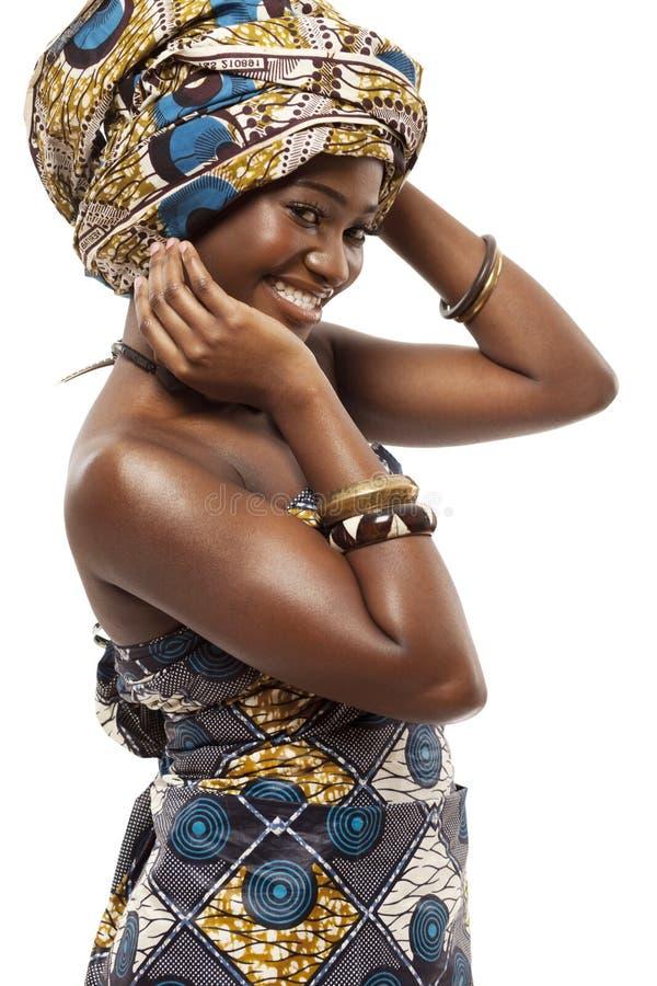 Schönes afrikanisches Mode-Modell im Trachtenkleid. stockfoto
