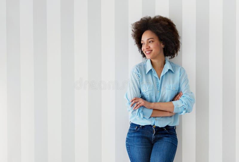 Schönes Afroamerikanerfrauenlächeln lizenzfreies stockfoto