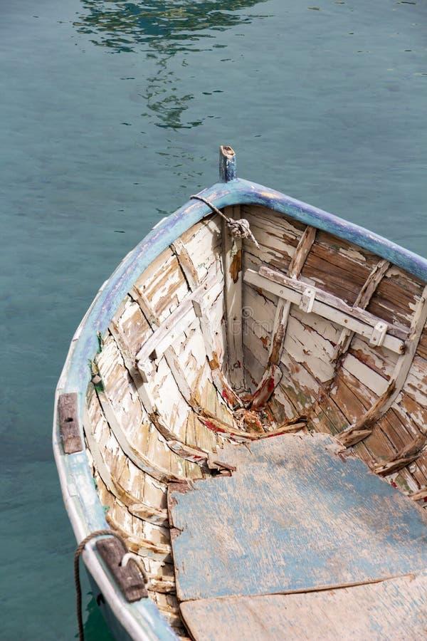 Schönes altes blaues Boot in Spinola-Bucht an julianischem ` s, Malta, teilweise Ansicht St. stockbilder