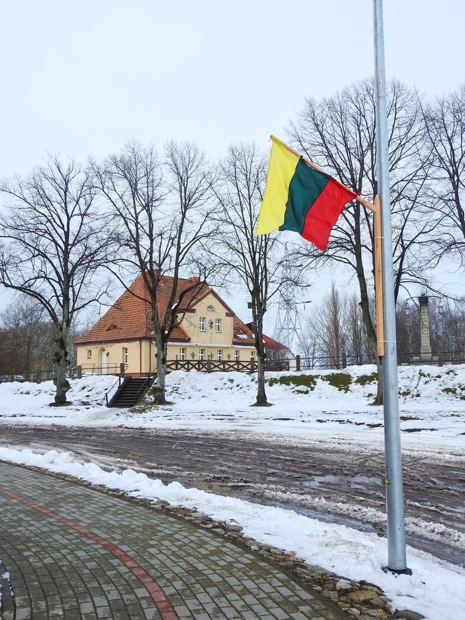 Schönes altes gelbes Haus in Rusne-Stadt, Litauen stockfotos