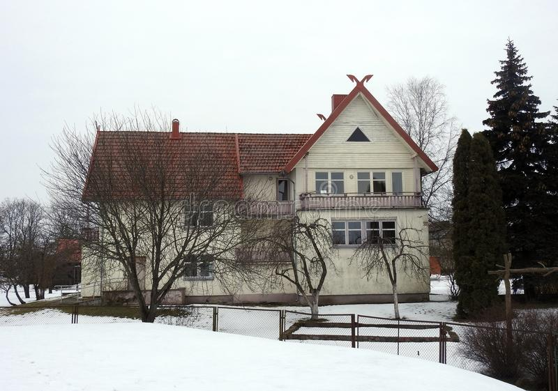 Schönes altes gelbes Haus in Rusne-Stadt, Litauen stockfotografie