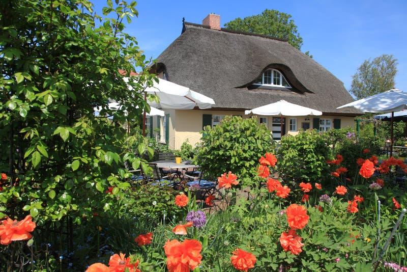 Schönes altes Landhaus mit Häuschengarten lizenzfreie stockfotos