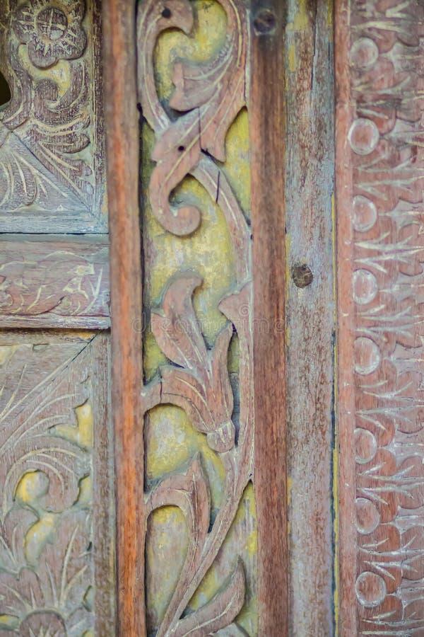 Schönes altes traditionelles thailändisches Artheftiges verlangen kopiert vom königlichen Lastkahn Altes goldenes gesehntes Muste lizenzfreie stockfotografie