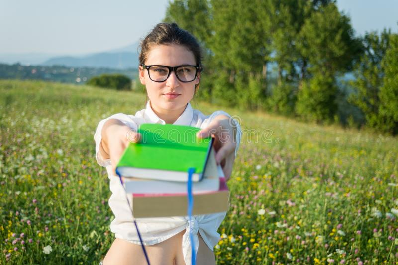 Schönes Angebot der jungen Frau Sie ein großes Buch stockbild