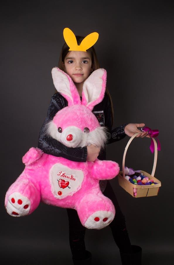 Schönes angefülltes Spielzeug Ostern des kleinen Mädchens deoration lizenzfreie stockfotos