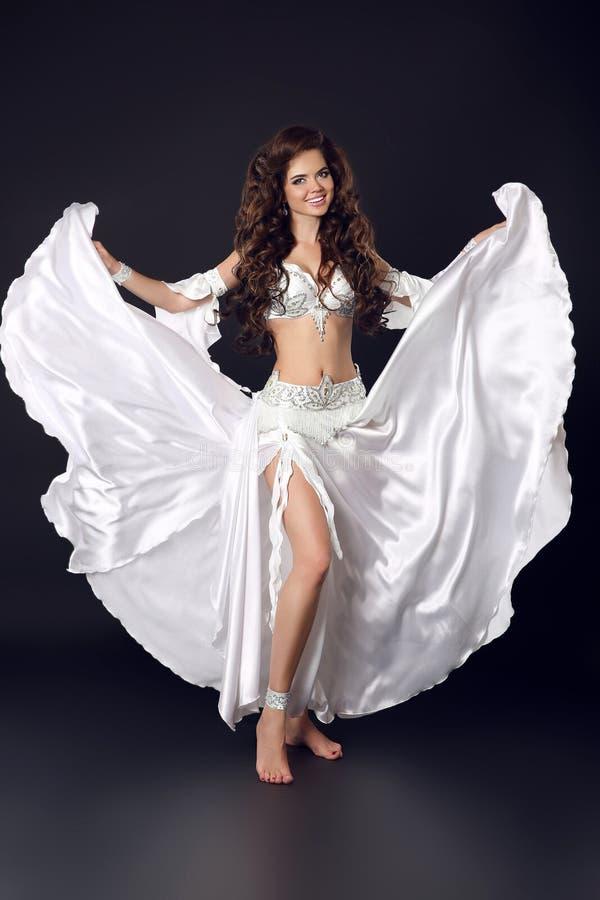Schönes arabisches bellydancer sexy Frau in bellydance Weiß Lattich lizenzfreie stockfotos