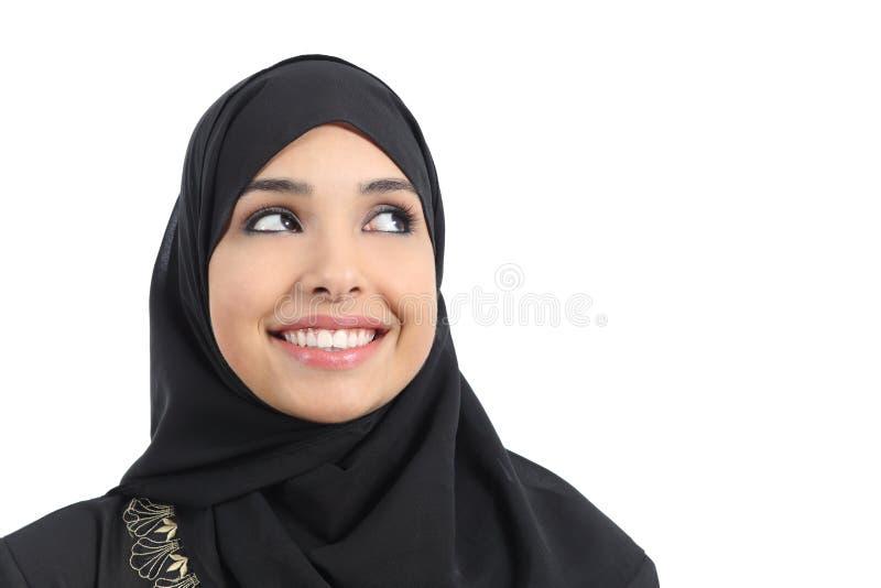 Schönes arabisches Frauengesicht, das eine Werbung oben schaut lizenzfreie stockfotografie
