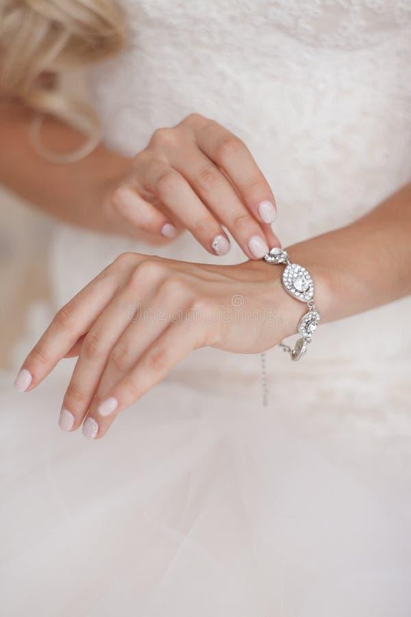 Schönes Armband auf der Hand der Braut lizenzfreie stockfotos