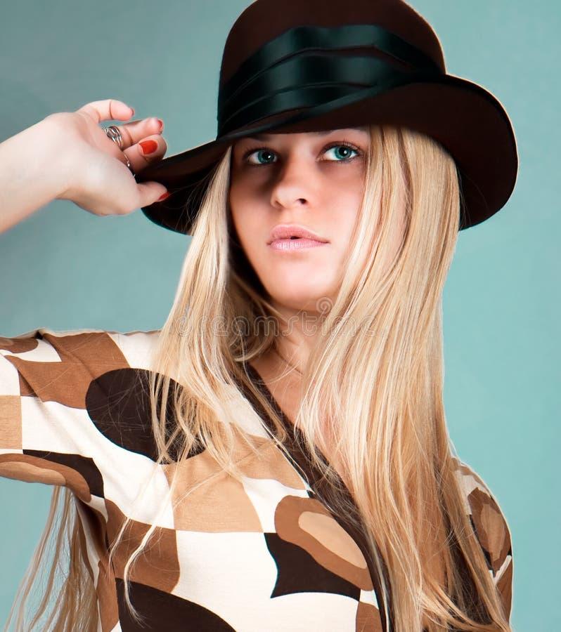 Schönes Art und Weisefrauenportrait mit braunem Hut lizenzfreies stockbild