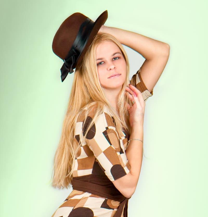 Schönes Art und Weisefrauenportrait mit braunem Hut stockbilder
