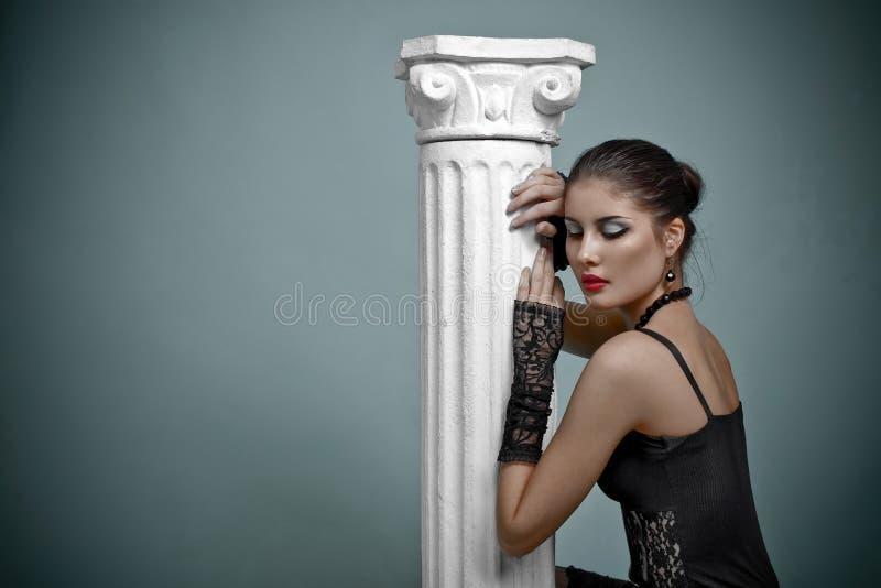 Schönes Art und Weisemädchen auf dem grauen Hintergrund stockfotos
