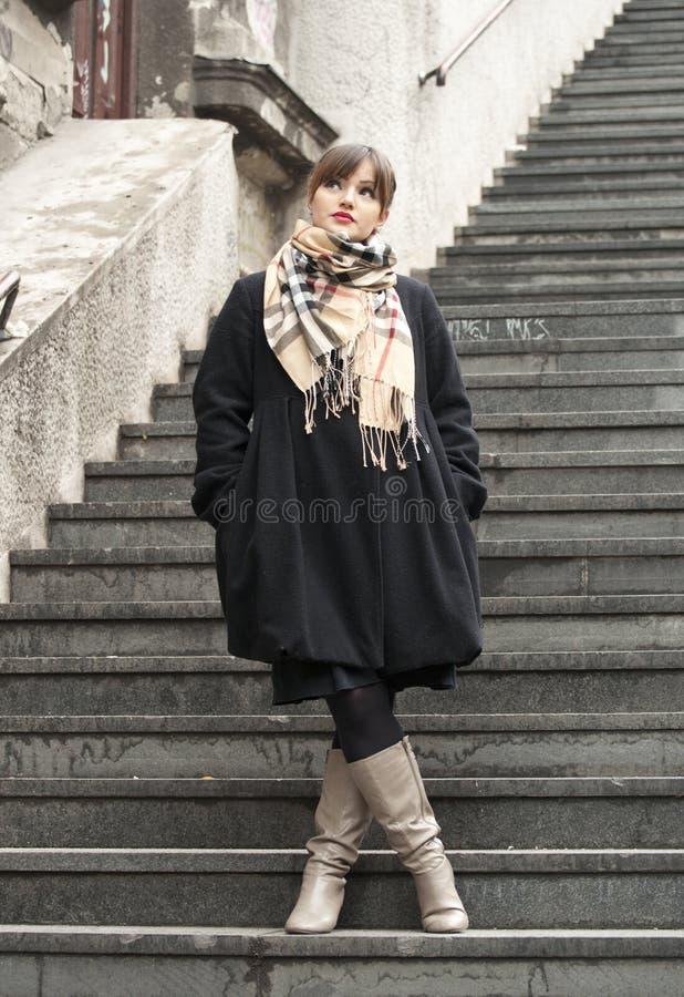 Schönes Art und Weisemädchen auf Treppen stockfoto