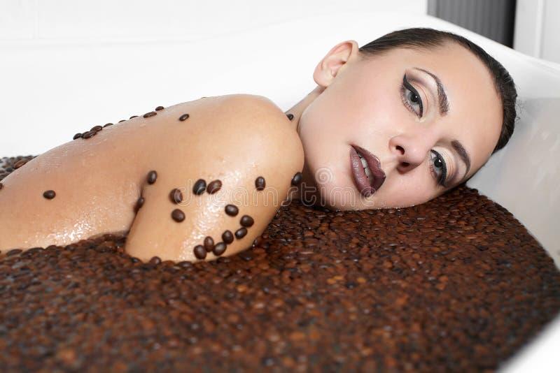 Schönes Art und Weisemädchen im Jacuzzi mit Kaffee stockbild