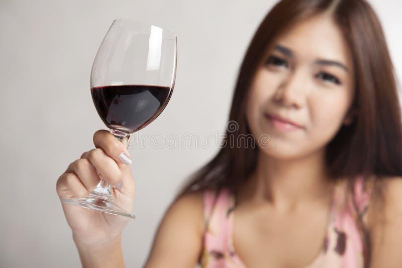 Schönes Asiatingriffglas des Rotweinfokus auf dem Glas stockfoto