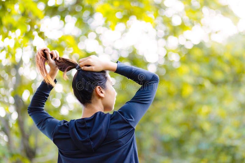 Schönes asiatisches Frauenbündel Haar ner großen Baums lizenzfreies stockfoto