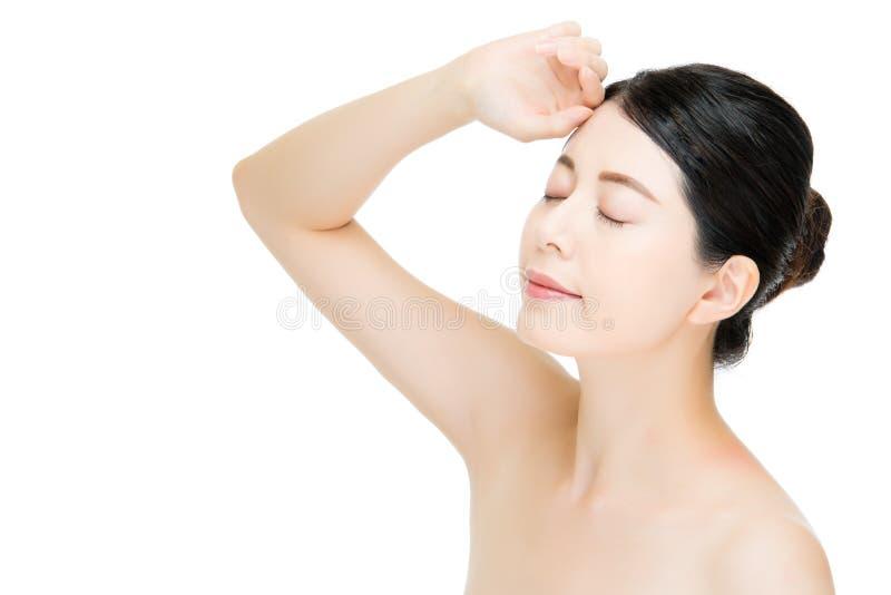 Schönes asiatisches Frauengesicht mit Sonnenscheinhandzeichen, weißes BAC lizenzfreie stockbilder