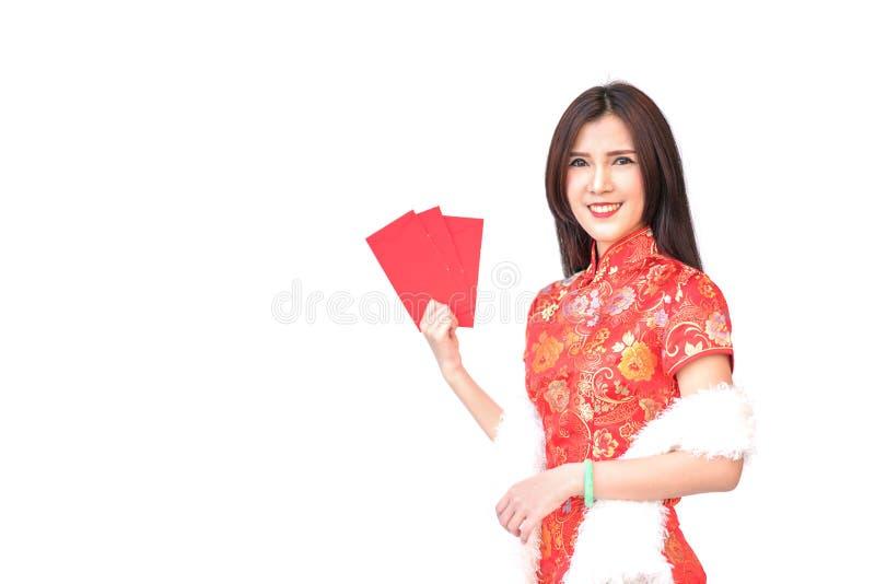 Schönes asiatisches Mädchen in chinesischem qipao Trachtenkleid, rote Geldtaschen oder Grußkartenumschläge halten lizenzfreies stockfoto