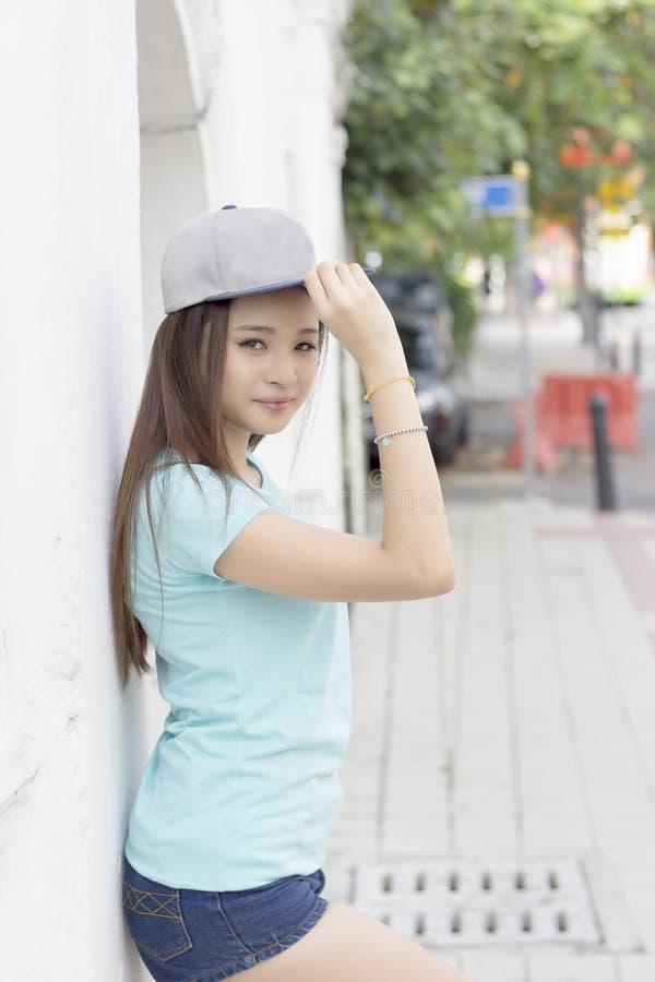 Schönes asiatisches Mädchen, das an einer Straße aufwirft stockfoto