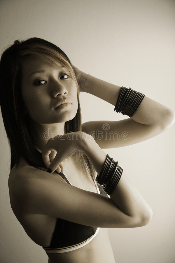 Schönes asiatisches Mädchen, das Projektor betrachtet lizenzfreie stockfotografie
