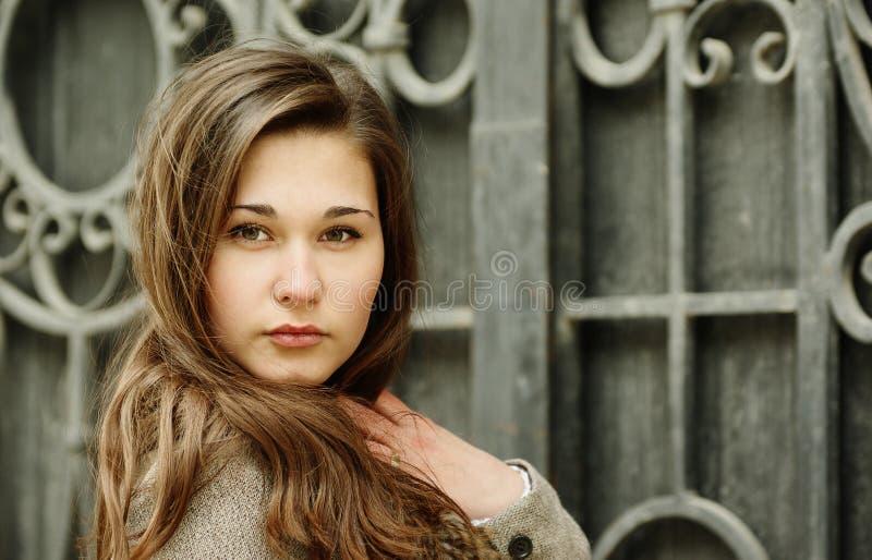 Schönes asiatisches Mädchen durch geschmiedet lizenzfreie stockfotos