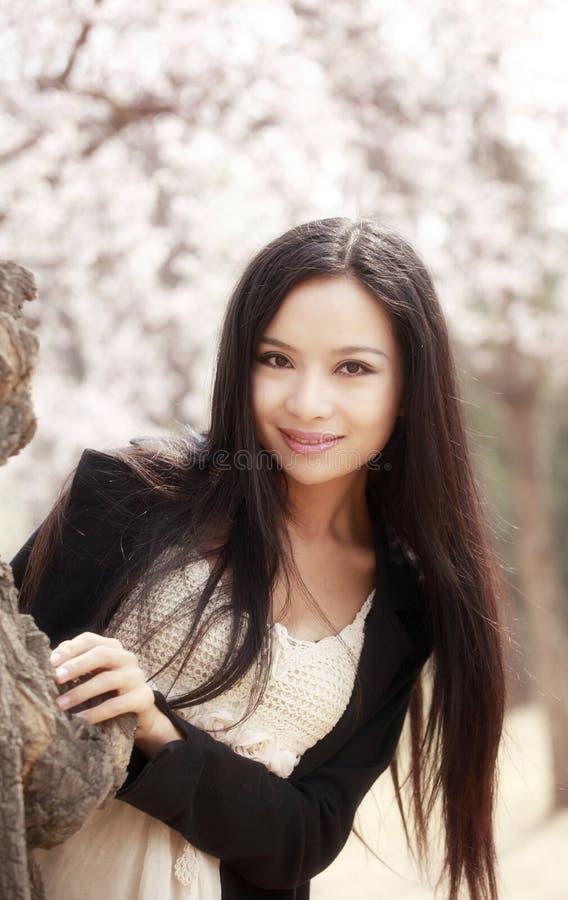 Schönes asiatisches Mädchen im Frühjahr lizenzfreies stockbild
