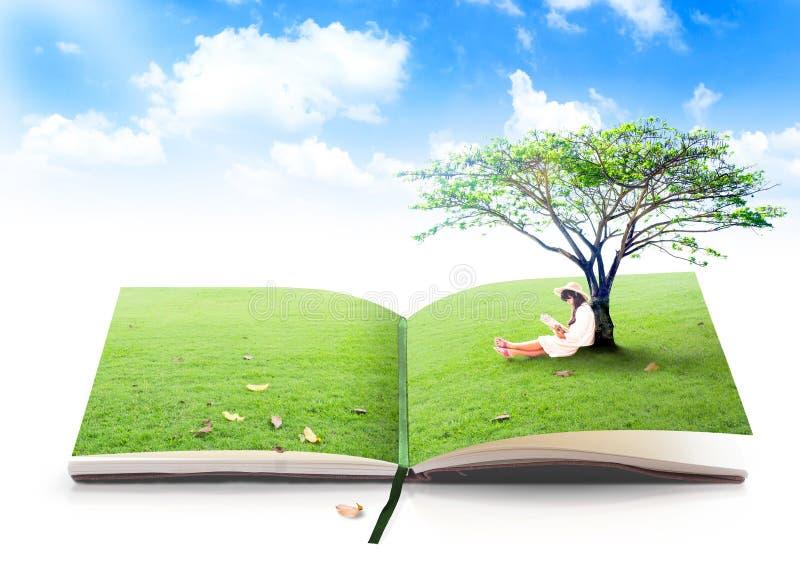 Schönes asiatisches Mädchenlesebuch der Natur lizenzfreies stockfoto