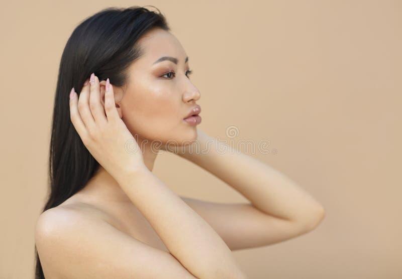 Sch?nes asiatisches Modell mit dem langen dunklen Haar lizenzfreies stockfoto