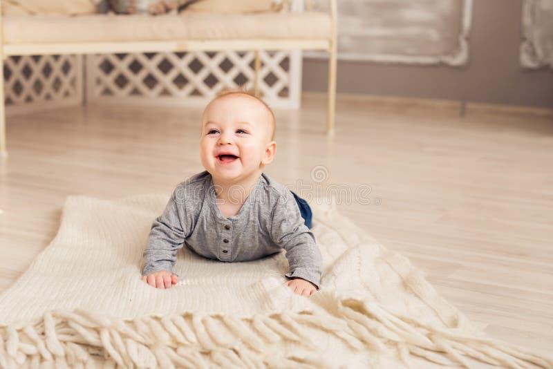 Schönes ausdrucksvolles entzückendes glückliches nettes lachendes lächelndes Babykindergesicht lizenzfreie stockfotografie