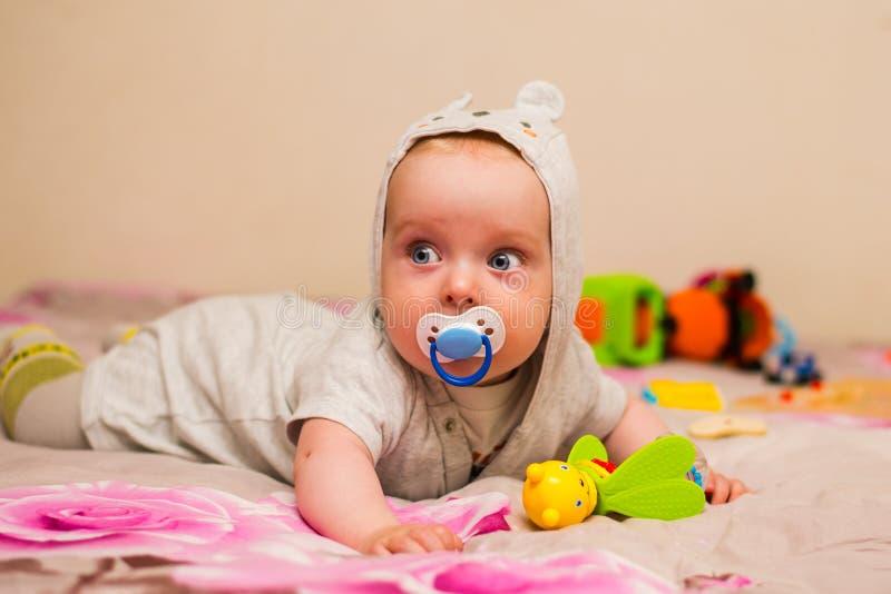 Schönes Baby mit einem Nippel stockbilder