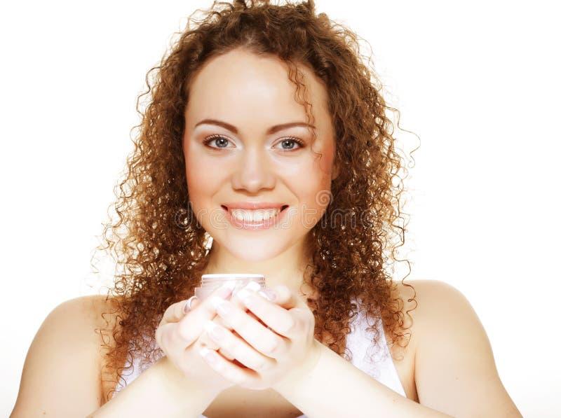 Schönes Badekurortmädchen, das Glas Creme hält lizenzfreies stockbild