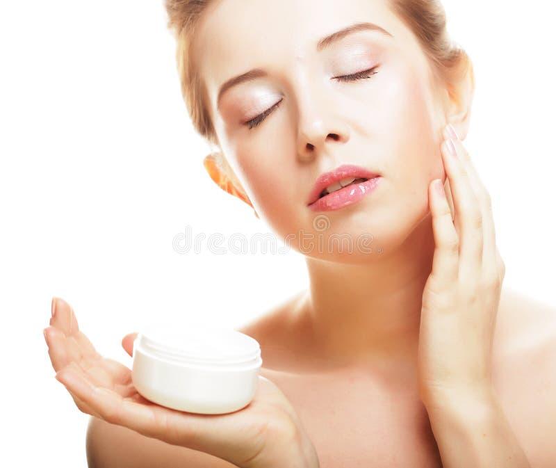 Schönes Badekurortmädchen, das Glas Creme hält lizenzfreie stockbilder