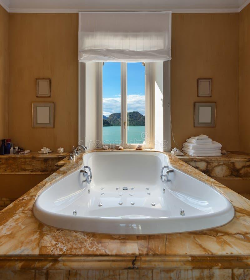 Schönes Badezimmer Mit Jacuzzi Stockfoto - Bild von schönheit ...