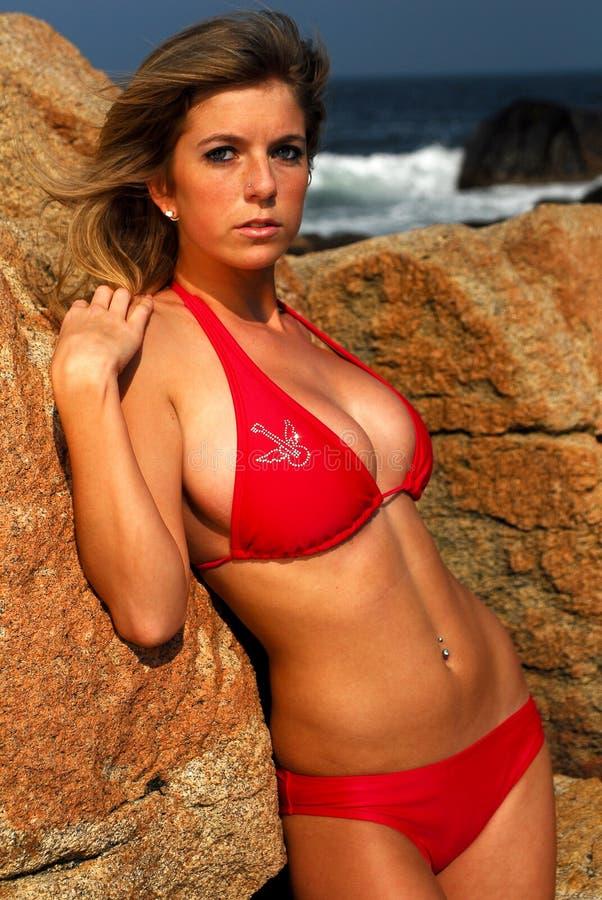 Schönes Baumuster in einem kleinen Bikini lizenzfreie stockfotografie