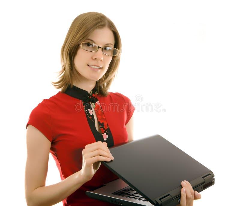 Schönes beiläufiges Mädchen mit einem Laptop, getrennt. lizenzfreies stockbild